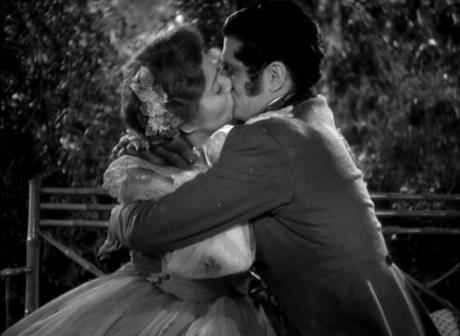 Oh bein oui, s'embrasser avec fougue à l'époque devant le tout devant, c'est très crédible.